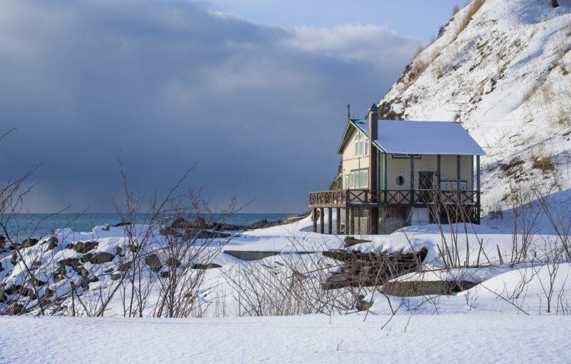 冬の海岸線と家